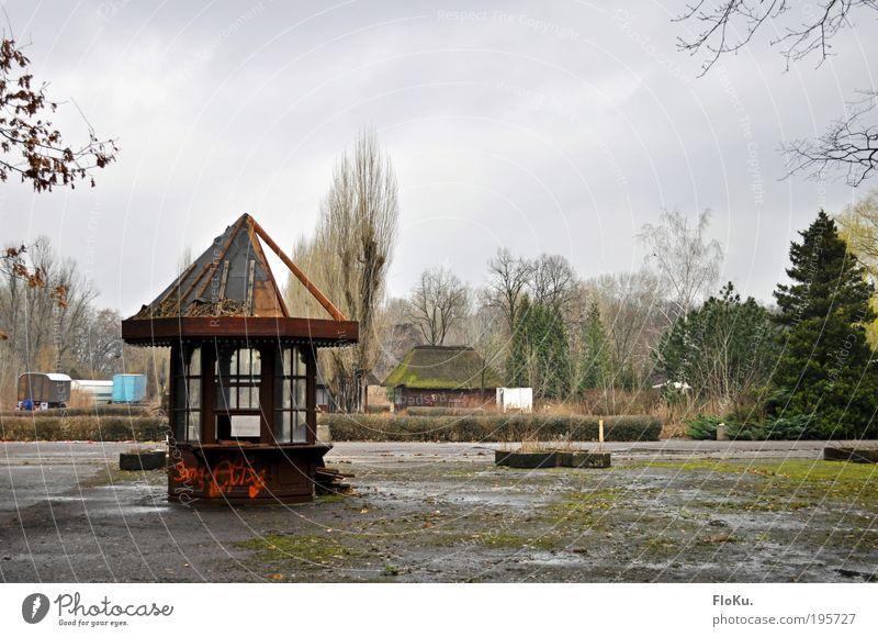 Spree Park I alt Wolken Einsamkeit Berlin grau Stimmung Park dreckig Ausflug Tourismus kaputt Ende verfallen Karneval gruselig Jahrmarkt