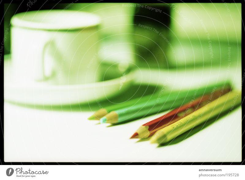 Kaffepause Kaffee Espresso Tasse Tisch Arbeitsplatz Schreibstift schreiben grün rot gewissenhaft ruhig fleißig diszipliniert Farbfoto mehrfarbig Innenaufnahme