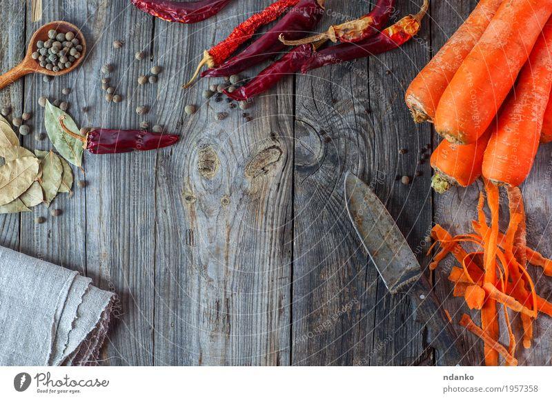 Karotte, Paprika und Gewürze auf grau Holzoberfläche Lebensmittel Gemüse Kräuter & Gewürze Ernährung Essen Vegetarische Ernährung Messer Löffel Tisch alt frisch