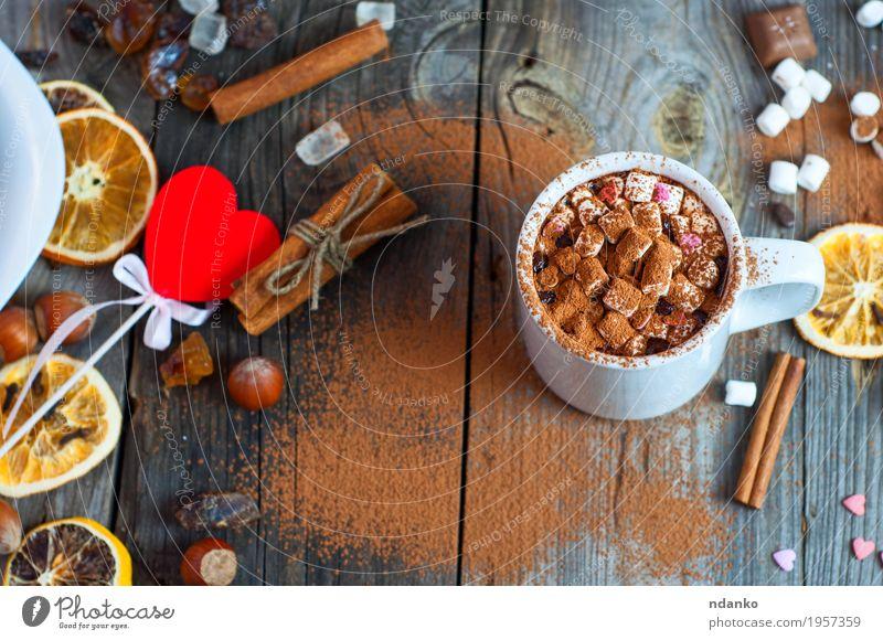 weiße Tasse mit einem Getränk auf der Holzoberfläche Frucht Dessert Süßwaren Schokolade Kräuter & Gewürze Heißgetränk Kakao Becher Tisch Sieb Herz Essen