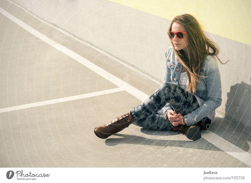 langes wochenende... Frau Mensch schön ruhig Leben Erholung Wand Stil träumen Mauer Zufriedenheit Mode Erwachsene elegant sitzen