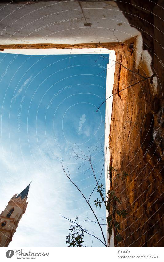 schiefer haussegen Himmel alt Wand Mauer klein Religion & Glaube Fassade Kirche Turm Vergänglichkeit Verfall Spanien Ruine heilig Glaube