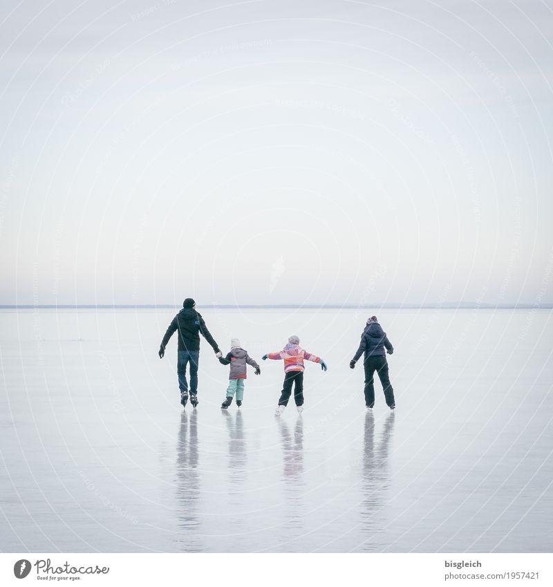 Eisspaziergang VII Mensch blau Ferne Winter Erwachsene Familie & Verwandtschaft grau Kindheit Mutter Frost Vater Eltern Bruder Schlittschuhlaufen Geschwister