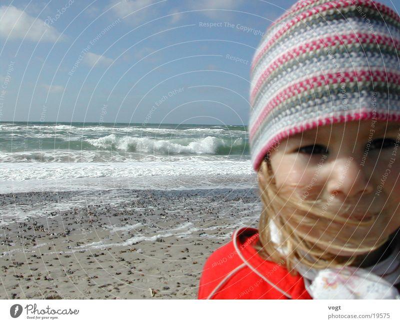 Seelenverwandte Strand Meer Kind Porträt Wellen Mütze Wolken Sand Glück Gesicht Nahaufnahme Wind Haare & Frisuren Auge Dänemark