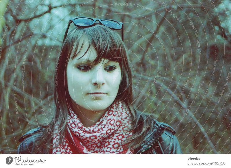 summer thoughts park grün draußen frühling sommer baum mädchen frau sonnenbrille jacke tuch