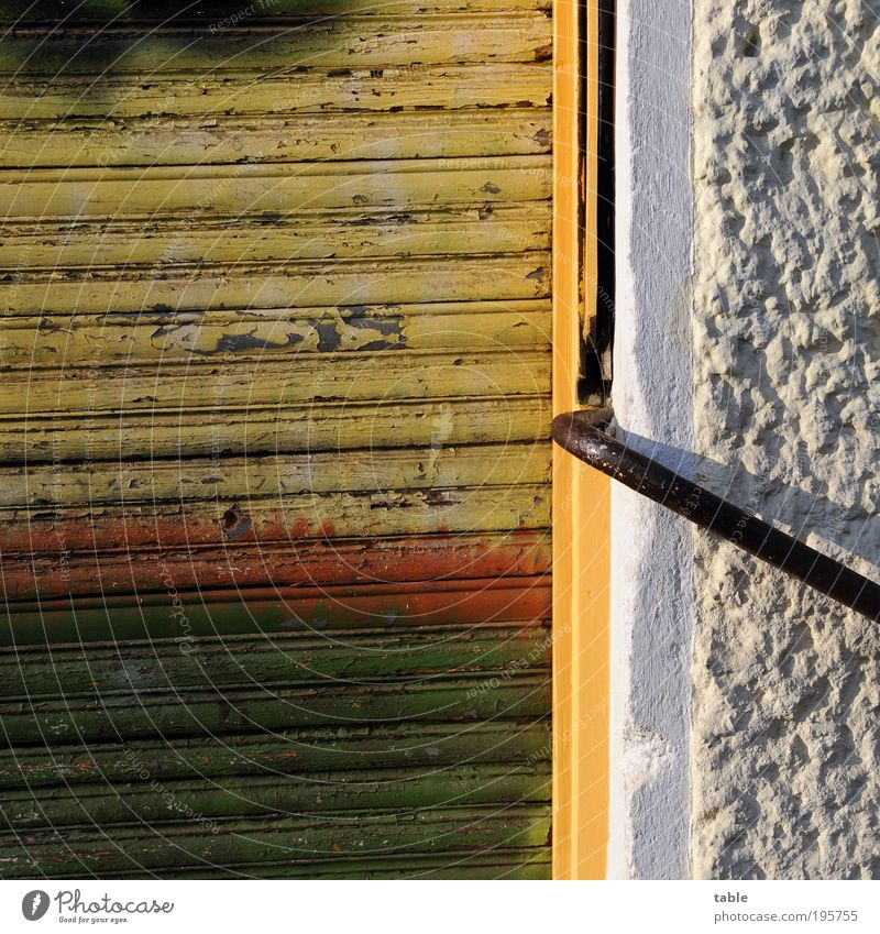 Krumm & Schief Haus Handel Gebäude Mauer Wand Fassade Tür Geländer Stein Holz Metall alt dreckig mehrfarbig gelb grün rot schwarz weiß Gefühle Optimismus