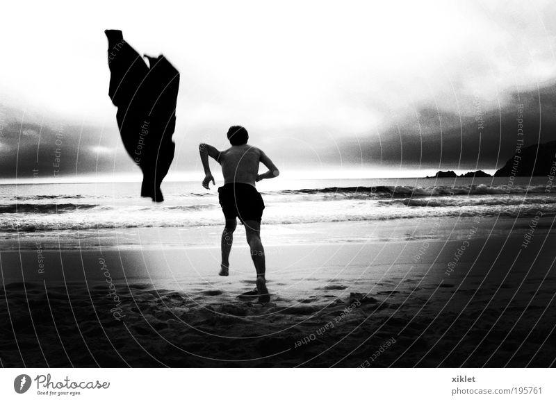 Mann läuft am Strand maskulin Junger Mann Jugendliche Körper 1 Mensch 18-30 Jahre Erwachsene Landschaft Sand Wasser Sonne Wellen Küste T-Shirt rennen gehen