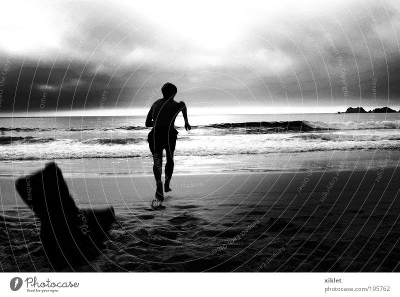 Mann läuft am Strand, Junger Mann Jugendliche Körper 18-30 Jahre Erwachsene Sand Wasser Sonne Sommer Wellen Küste Bewegung Fitness rennen Gesundheit frisch