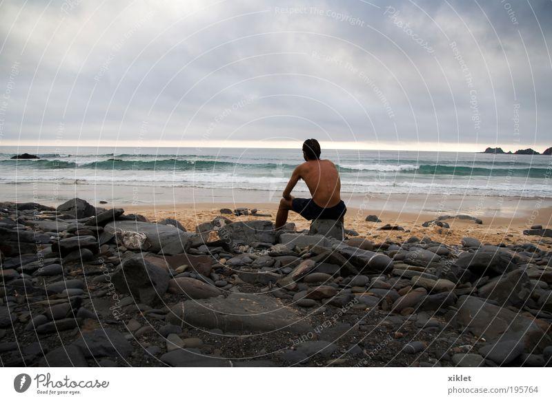 Mann sitzt am Strand, Junger Mann Jugendliche 18-30 Jahre Erwachsene Sand Wasser Sonne Sommer Wellen Küste beobachten Denken Blick sitzen frisch muskulös nackt