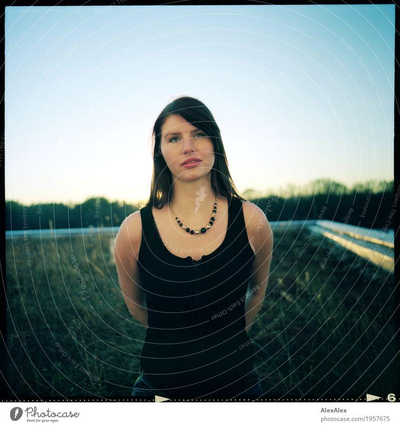 oben auf harmonisch Junge Frau Jugendliche Gesicht Sommersprossen 18-30 Jahre Erwachsene Landschaft Wolkenloser Himmel Horizont Schönes Wetter Gras Dach Top