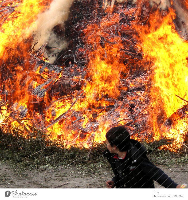 Cool Staff - Hot Stuff Junge Feuer Wärme Holz Rauch werfen heiß gelb rot Gefühle Brand Osterfeuer archaisch brennen Haufen Glut Flamme kokeln heizen Abgas
