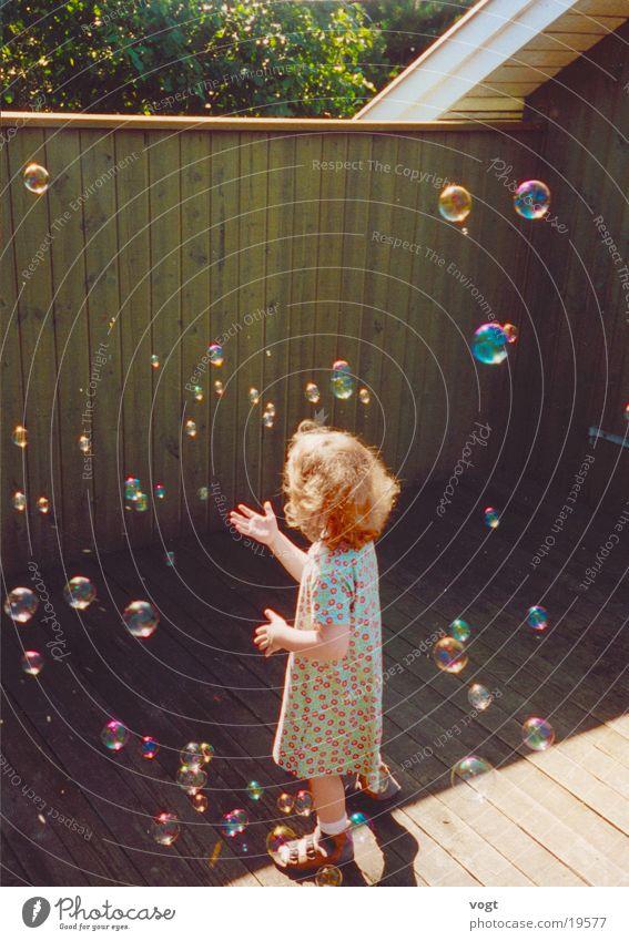 Dialog mit Elfen Kind Sonne Sommer Mädchen Farbe Spielen Holz träumen Kleid Seifenblase