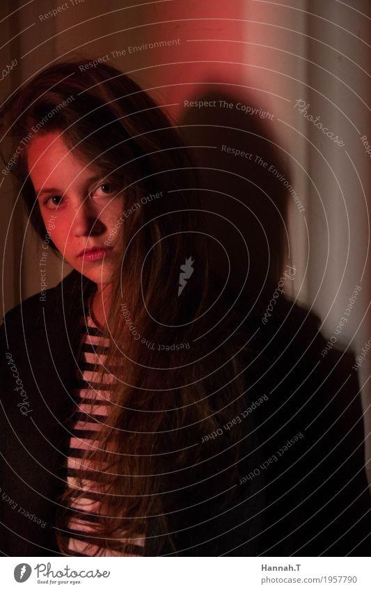 Spiel mit Licht feminin Junge Frau Jugendliche Kopf Haare & Frisuren Gesicht 1 Mensch 18-30 Jahre Erwachsene Kunst Mauer Wand Fenster brünett langhaarig