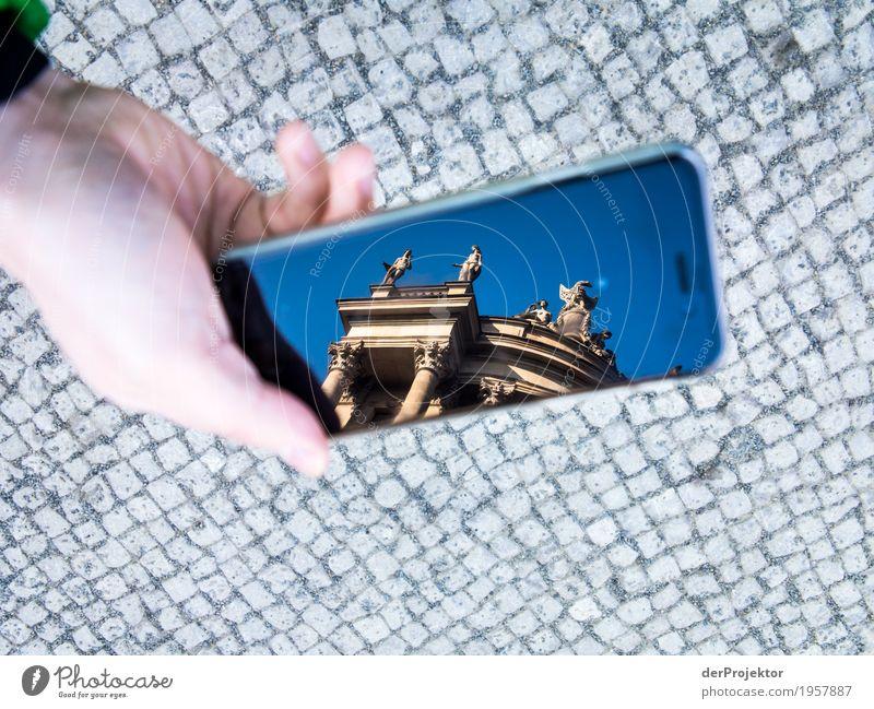 Berliner Sehenswürdigkeiten mit dem Smartphone gesehen 4 Ferien & Urlaub & Reisen Hand Freude Architektur Gebäude Tourismus Ausflug wandern Platz Neugier