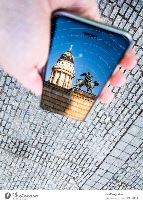 Berliner Sehenswürdigkeiten mit dem Smartphone gesehen 3 Ferien & Urlaub & Reisen Tourismus Ausflug Sightseeing Städtereise wandern Hauptstadt Platz Bauwerk