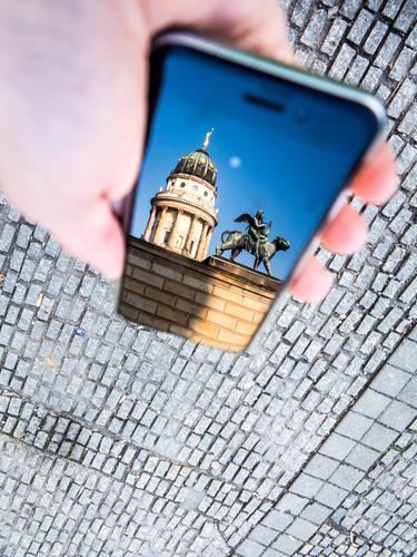 Berliner Sehenswürdigkeiten mit dem Smartphone gesehen 3 Ferien & Urlaub & Reisen Hand Freude Architektur Wand Gebäude Mauer Tourismus Ausflug wandern Platz