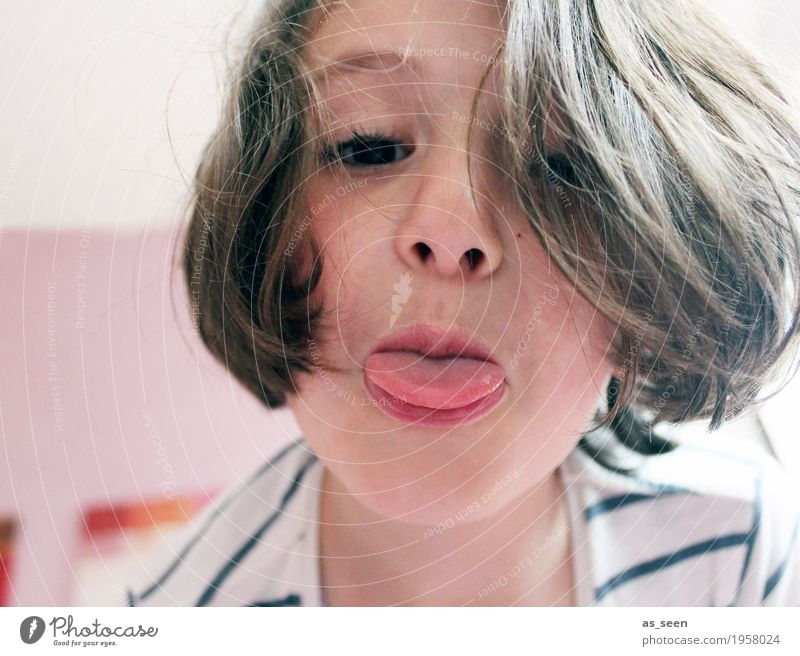 """""""Ätsch!"""" Mädchen Familie & Verwandtschaft Gesicht Zunge 1 Mensch 3-8 Jahre Kind Kindheit brünett Spielen toben authentisch frech nah rebellisch braun rosa"""