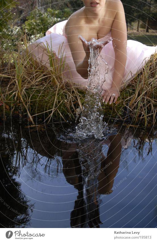 aus dem vollen schöpfen feminin Junge Frau Jugendliche Leben 1 Mensch 18-30 Jahre Erwachsene Wasser Wassertropfen Frühling Sommer Gras Garten Teich See Mode