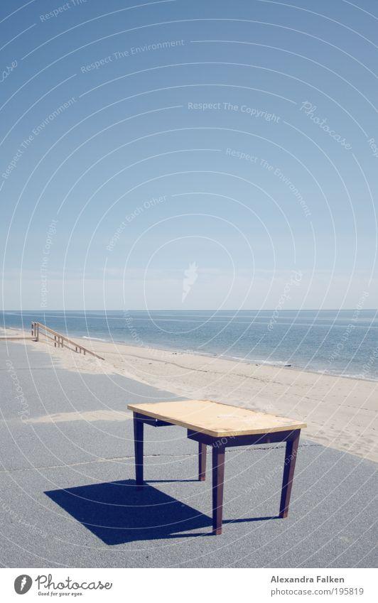 Tisch am Strand Ferien & Urlaub & Reisen Ferne Freiheit Sommer Sommerurlaub Meer Möbel Himmel Wolkenloser Himmel Arbeit & Erwerbstätigkeit schreiben frei