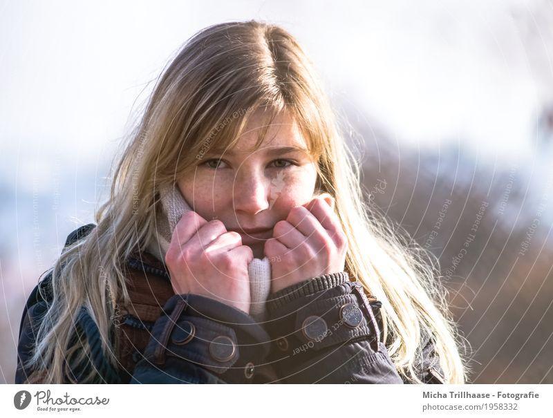 Junge blonde Frau mit Schal Mensch feminin Junge Frau Jugendliche Erwachsene Haut Kopf Haare & Frisuren Gesicht Auge Nase Mund Lippen Hand Finger 1 18-30 Jahre
