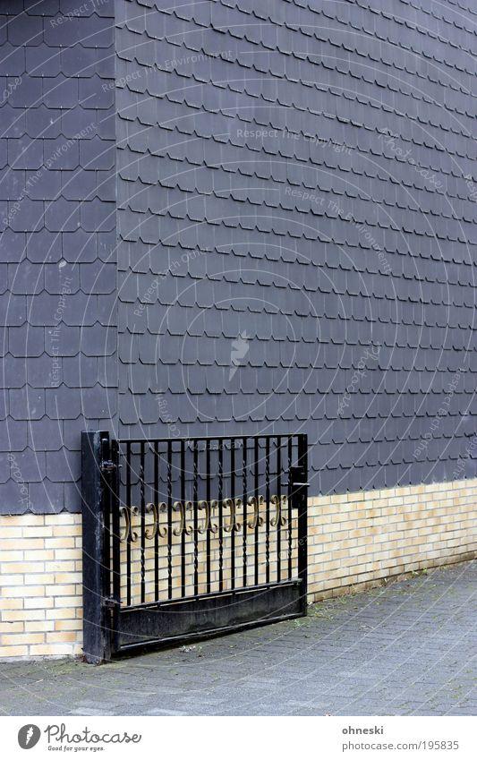 Hofeinfahrt Haus Wand grau Mauer Gebäude Architektur Tür Fassade Tor Bauwerk Hof Einfahrt Einfamilienhaus