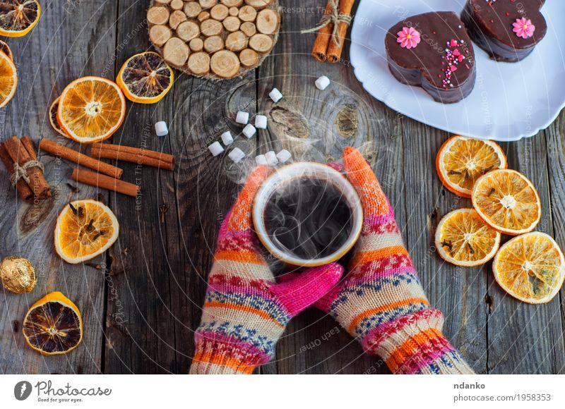 Tasse schwarzen heißen Kaffee in ihren Händen Mensch Frau Jugendliche Weihnachten & Advent Hand Winter 18-30 Jahre Erwachsene Essen Holz Lebensmittel grau braun