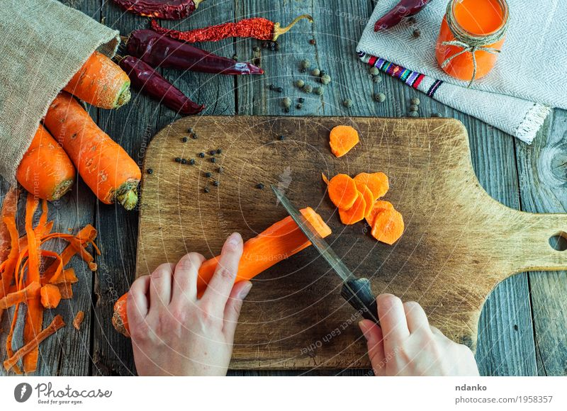 Mensch Frau Jugendliche alt Gesunde Ernährung Hand rot 18-30 Jahre Erwachsene Essen natürlich Holz Lebensmittel Gesundheitswesen grau oben
