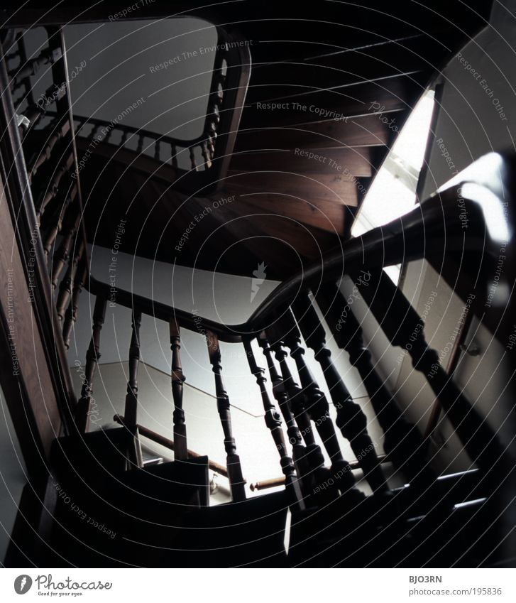 ...zurück! Altstadt Menschenleer Haus Gebäude Architektur Mauer Wand Treppe Fenster Treppenhaus aufsteigen wiederkommen Einsamkeit gehen alt dunkel retro braun