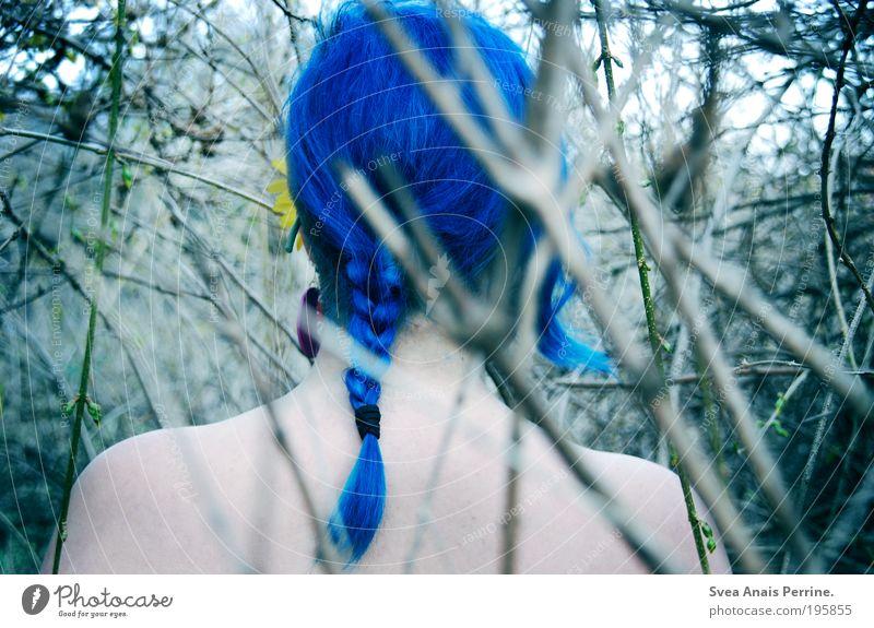 sophie. Mensch Natur Jugendliche blau Farbe Erwachsene Umwelt Leben feminin Holz Kopf Haare & Frisuren Garten träumen hell Rücken