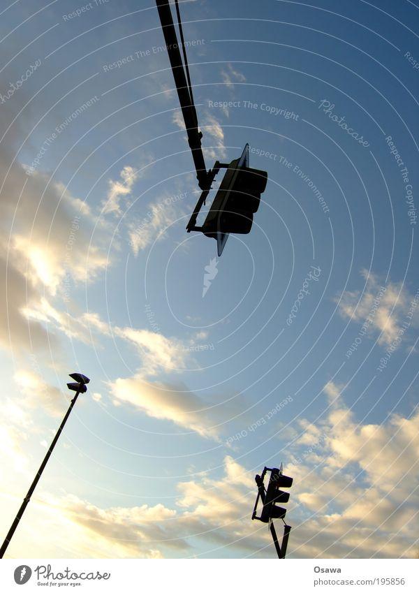 Die drei vor der Tankstelle Himmel weiß blau Wolken Straßenverkehr Verkehr Laterne Ampel Straßenbeleuchtung