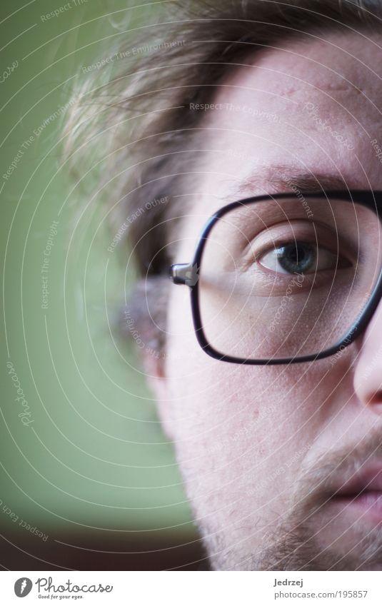 Halber Durchblick Lifestyle Design Haare & Frisuren Haut Gesicht maskulin Junger Mann Jugendliche Erwachsene Kopf Auge Mund Bart 18-30 Jahre Brille brünett