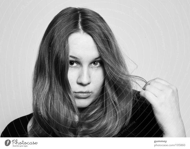 Hair Mensch Jugendliche feminin Erwachsene Vertrauen Warmherzigkeit brünett Porträt langhaarig Haare & Frisuren Sympathie gehorsam Scheitel friedlich Junge Frau Frau
