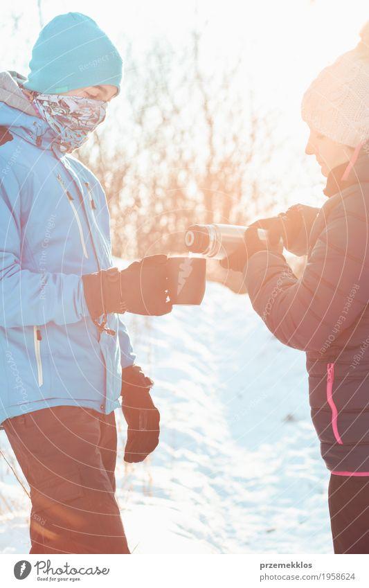 Pause für heißes Getränk während der Winterreise Mensch Kind Frau Natur Ferien & Urlaub & Reisen Mann blau Freude Wald Erwachsene Lifestyle Schnee Junge