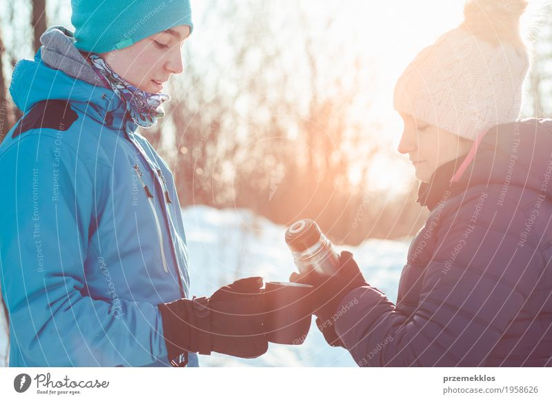 Pause für heißes Getränk während der Winterreise Mensch Frau Natur Ferien & Urlaub & Reisen Jugendliche Mann blau Freude Wald Erwachsene Lifestyle Schnee Junge