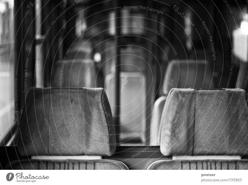 Die Bahn Ferien & Urlaub & Reisen grau Bewegung warten Verkehr Eisenbahn Verkehrswege U-Bahn Mobilität Schwarzweißfoto Platzangst Bus Bahnhof Personenverkehr