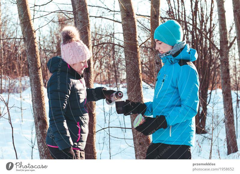 Pause für heißes Getränk während der Winterreise Mensch Frau Natur Ferien & Urlaub & Reisen Jugendliche Mann Freude Wald Erwachsene Lifestyle Schnee Junge