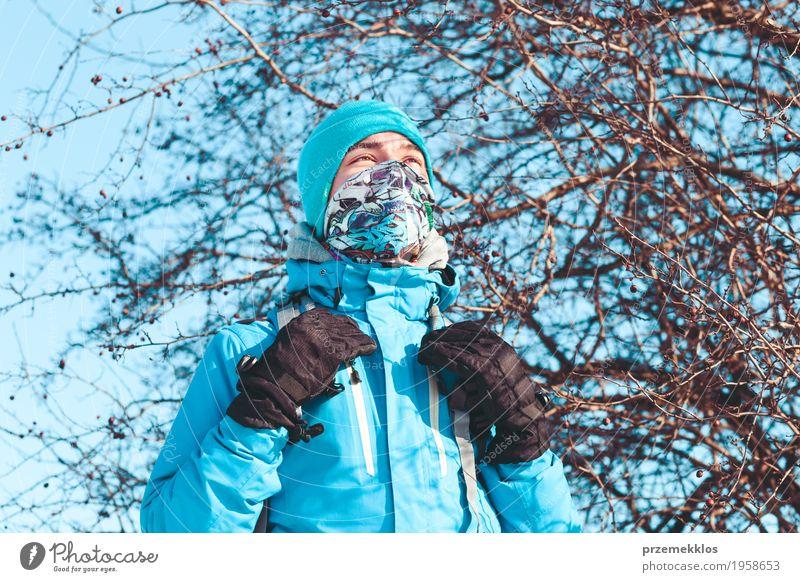 Junge während der Reise im Winter Lifestyle Ferien & Urlaub & Reisen Ausflug Abenteuer Winterurlaub 1 Mensch 13-18 Jahre Jugendliche Natur Landschaft Wiese