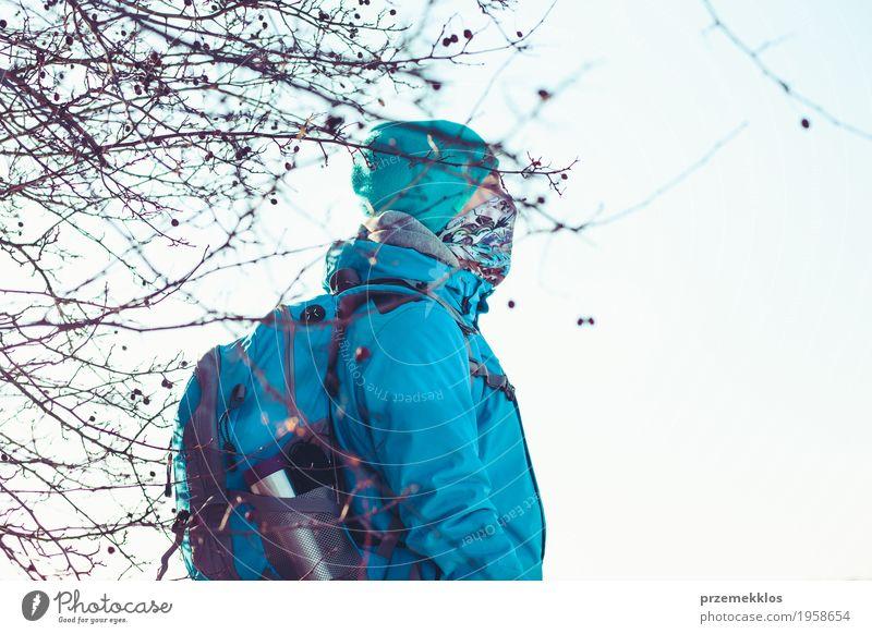 Winterreise Lifestyle Freude Ferien & Urlaub & Reisen Ausflug Winterurlaub wandern Junge 1 Mensch 13-18 Jahre Jugendliche Natur Landschaft Wiese Bekleidung
