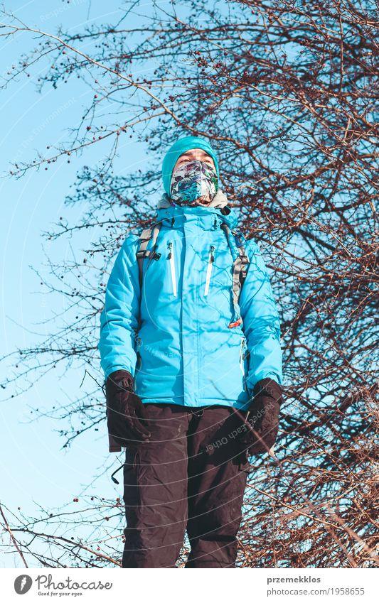 Junge während der Reise im Winter Lifestyle Freude Ferien & Urlaub & Reisen Ausflug Abenteuer Freiheit 1 Mensch 13-18 Jahre Jugendliche Natur Landschaft Wiese