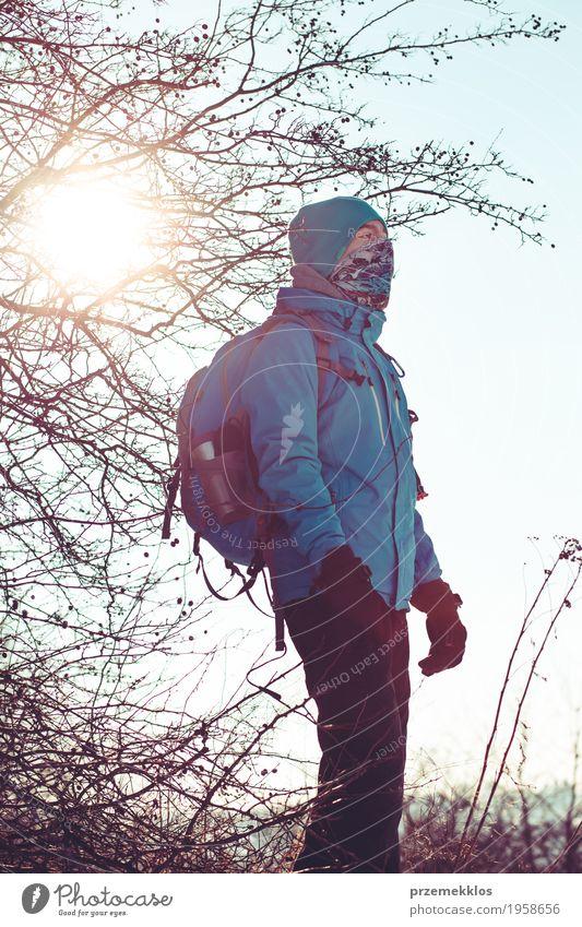 Junge während der Reise im Winter Mensch Natur Ferien & Urlaub & Reisen Sonne Landschaft Einsamkeit Freude Lifestyle Wiese Sport Freiheit Ausflug wandern Aktion