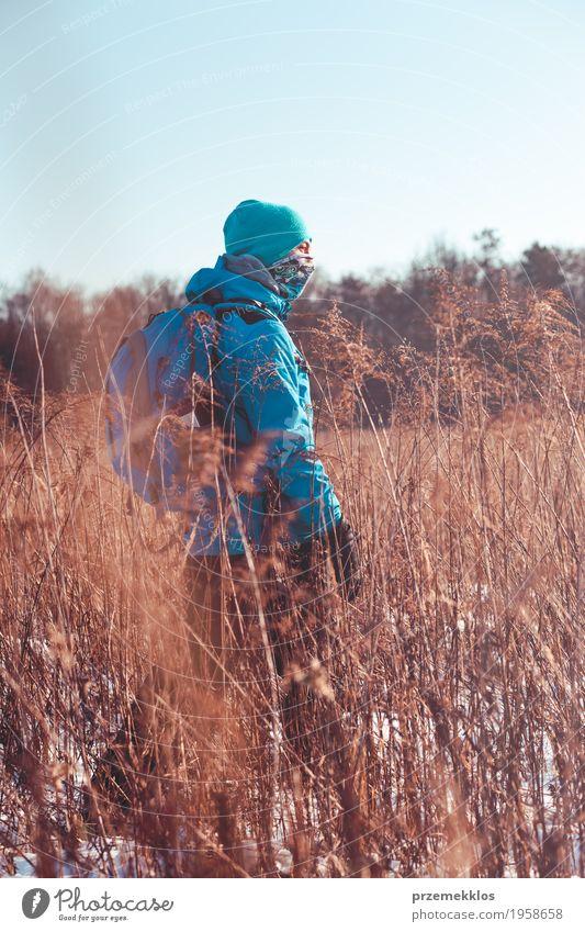 Mensch Natur Ferien & Urlaub & Reisen Jugendliche Landschaft Einsamkeit Freude Winter Lifestyle Wiese Schnee Sport Gras Junge Freiheit Ausflug
