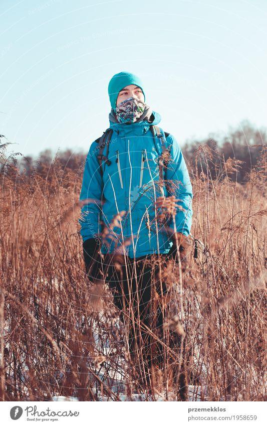 Junge, der durch Wiesen in der Winterzeit wandert Lifestyle Freude Ferien & Urlaub & Reisen Ausflug Abenteuer Freiheit Expedition Schnee wandern 1 Mensch