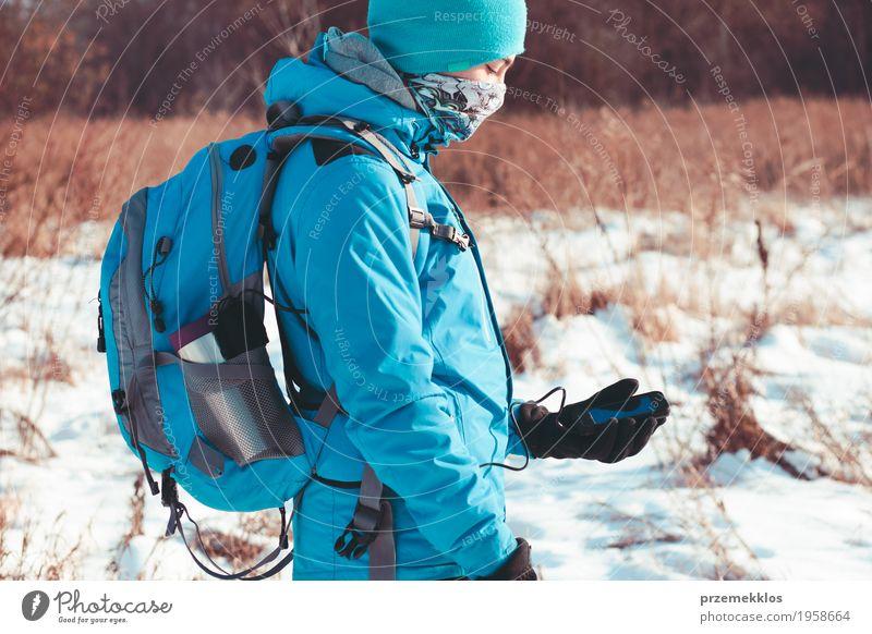Junge, der den Handy während der Winterreise verwendet Lifestyle Freude Ferien & Urlaub & Reisen Ausflug Freiheit Schnee Winterurlaub Sport wandern