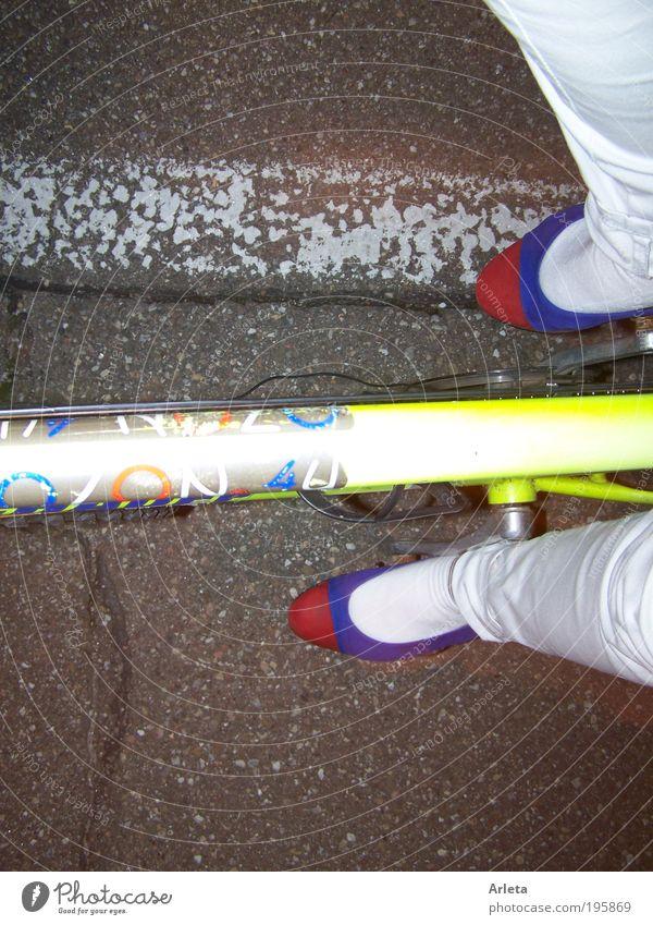 schick fahrrad fahren Straße Wege & Pfade Schuhe Fahrrad Freizeit & Hobby elegant frei Verkehr modern frisch ästhetisch Lifestyle Coolness Fahrradfahren Nacht