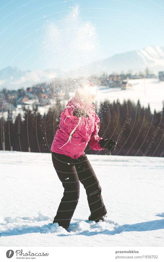Frau wirft den Schnee in der Luft Mensch Natur Ferien & Urlaub & Reisen Freude Winter Berge u. Gebirge Erwachsene Lifestyle lustig Ausflug Fröhlichkeit genießen