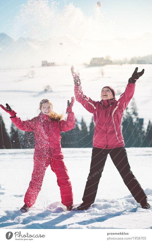 Mutter, die draußen den Schnee mit ihrer Tochter genießt Mensch Kind Frau Natur Freude Mädchen Winter Erwachsene Lifestyle Familie & Verwandtschaft Glück
