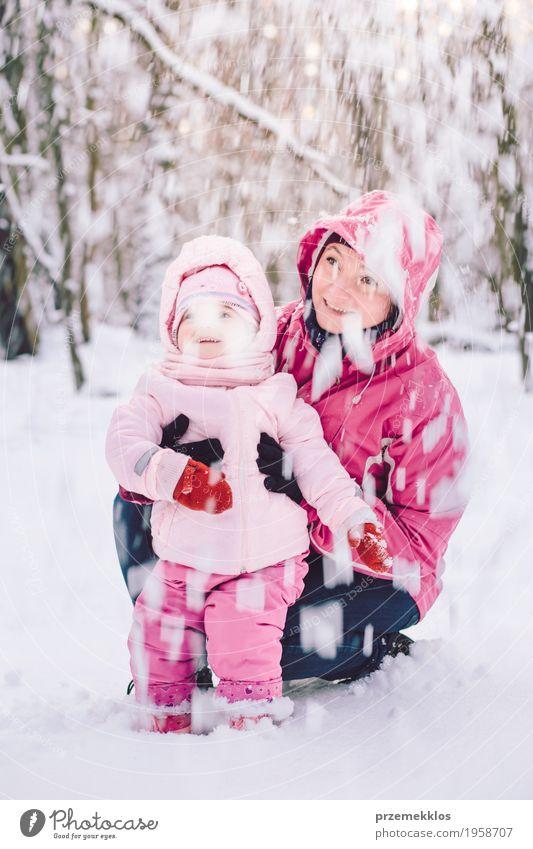 Mutter, die draußen Zeit mit ihrer kleinen Tochter verbringt Mensch Kind Frau Natur Freude Mädchen Winter Wald Erwachsene Liebe Lifestyle Schnee
