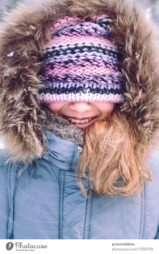 Portrait des Mädchens mit abgedecktem Gesicht mit ihrem Hut draußen Lifestyle Freude Glück Winter Schnee Frau Erwachsene 1 Mensch 8-13 Jahre Kind Kindheit