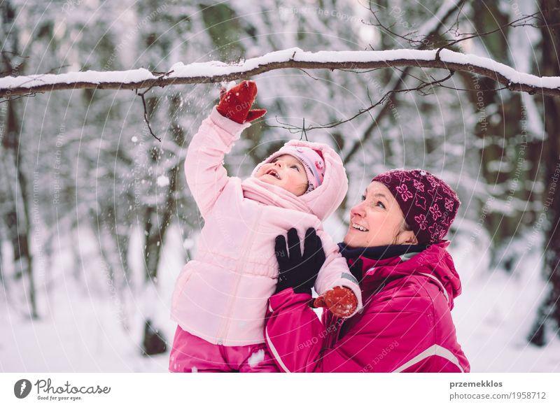 Mutter, die draußen Zeit mit ihren Kindern verbringt Mensch Frau Natur Ferien & Urlaub & Reisen Freude Mädchen Winter Wald Erwachsene Liebe Lifestyle Schnee