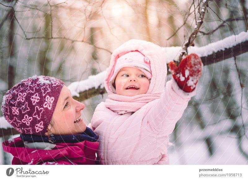 Mensch Kind Frau Natur Freude Mädchen Winter Wald Erwachsene Liebe Lifestyle Schnee Familie & Verwandtschaft klein Glück Zusammensein